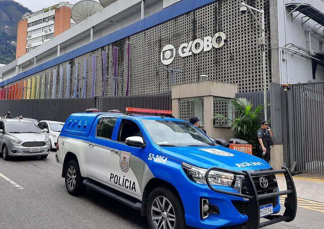 No Rio de Janeiro, uma viatura da Polícia Militar parada à frente da sede Rede Globo após preder um homem que invadiu o local e fez uma jornalista de refém em 10 de junho de 2020.