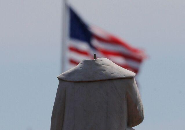 Estátua de Cristóvão Colombo amanhece sem cabeça, na cidade de Boston, no estado norte-americano de Massachusetts, 10 de junho de 2020