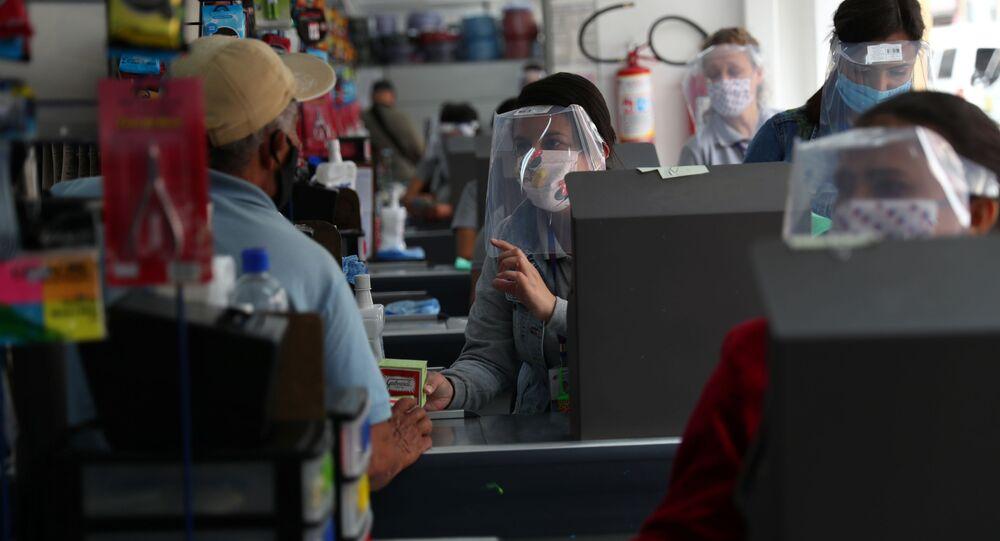 Funcionários de loja usam equipamentos de proteção, à medida que comércio reabre na cidade de São Paulo, 10 de junho de 2020