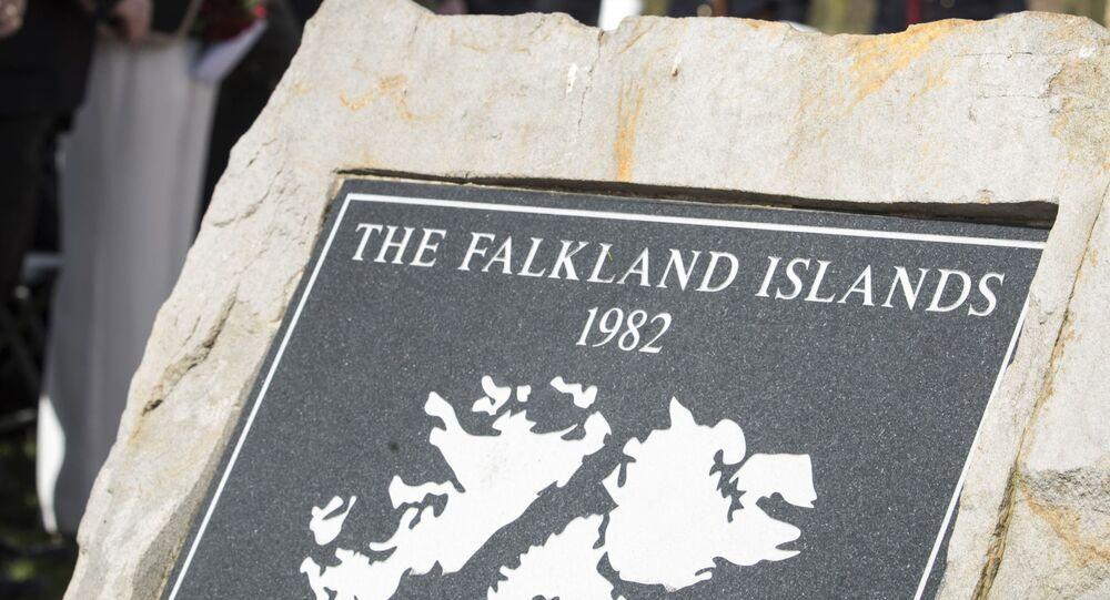 Placa comemorativa do conflito das ilhas Malvinas, no Memorial Nacional Arboretum, durante uma cerimônia que marcou o 35º aniversário da invasão argentina das ilhas Malvinas, em Staffordshire, Reino Unido, 2 de abril de 2017