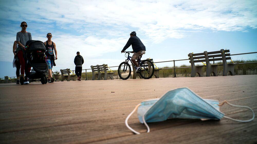 Máscara para proteção do coronavírus jogada na praia em Ocean Grove, nos EUA