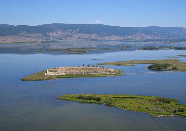 As ruínas de Por-Bazhyng em uma ilha no lago Tere-Khol