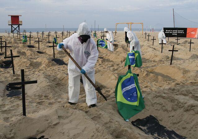 Voluntários da ONG Rio de Paz cavam 100 covas para simbolizar mortes causadas pela COVID-19 no Rio de Janeiro