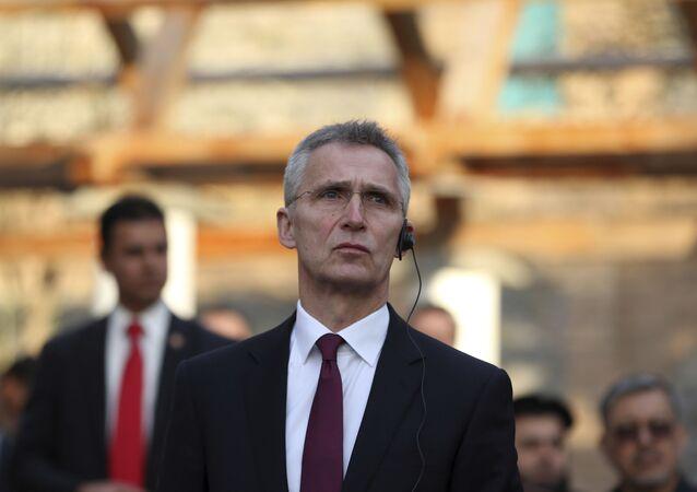 O secretário-geral da OTAN, Jens Stoltenberg, escuta o discurso do presidente Ashraf Ghani durante uma coletiva de imprensa no palácio presidencial em Cabul, Afeganistão, 29 de fevereiro de 2020