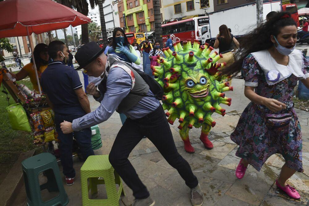 Artista faz apresentação de combate ao coronavírus da COVID-19 na praça Botero em Medellín