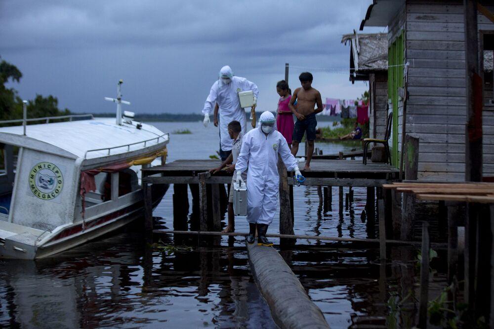 Barco ambulância leva agentes sanitários à ilha de Marajó para dar assistência médica no contexto da pandemia no estado do Pará