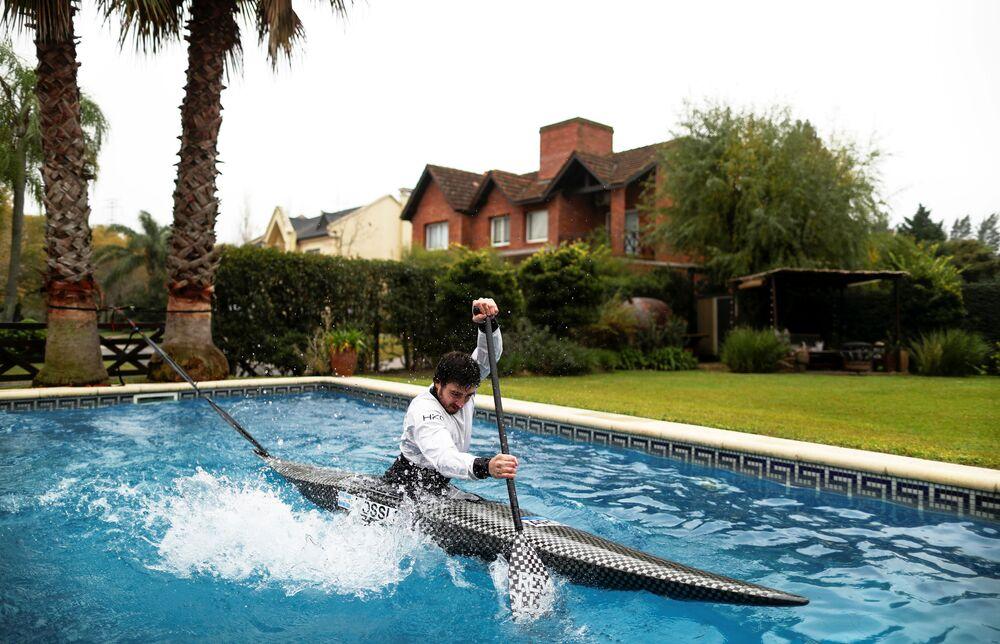 Canoísta argentino Sebastián Rossi treina na piscina de sua namorada durante a pandemia do coronavírus, enquanto se prepara para os jogos olímpicos a decorrerem no Japão em 2021