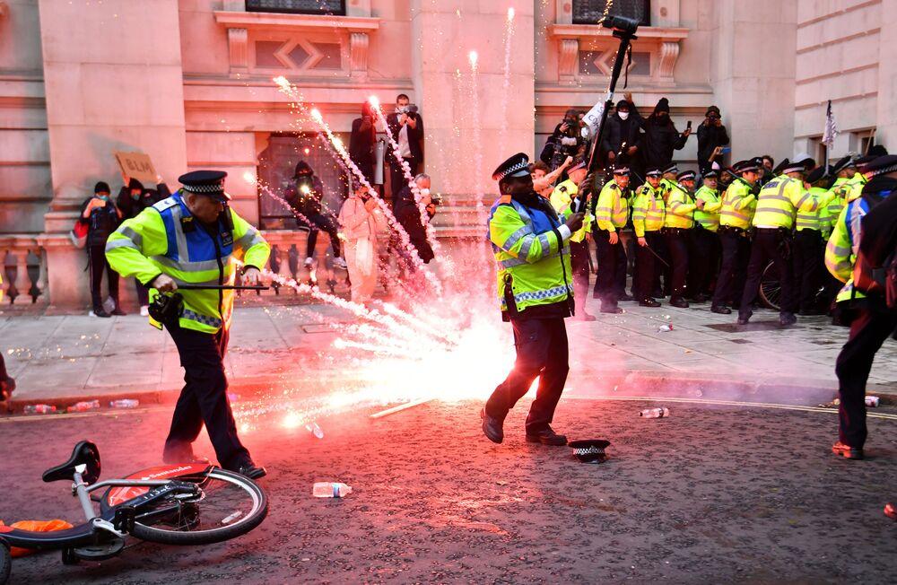 Artefato pirotécnico explode ao lado de policiais durante protesto Black Lives Matter contra o racismo em Londres