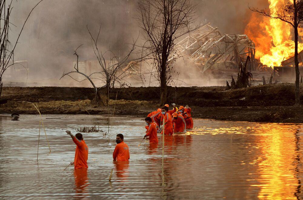 Bombeiros indianos lutam contra incêndio provocado por uma explosão em jazida de petróleo no estado de Assam