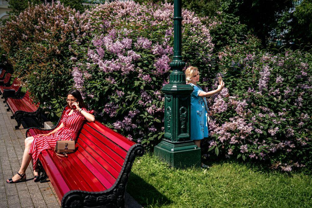 Mulheres aproveitam calor em um dos parques de Moscou durante o verão