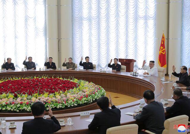 O líder norte-coreano Kim Jong-un participa da 13ª reunião do Bureau Político do 7º Comitê Central do Partido dos Trabalhadores da Coreia, foto divulgada em 7 de junho de 2020