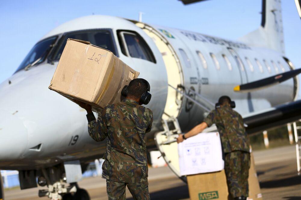 Militares da Força Aérea Brasileira enviam equipamentos de proteção e respiradores da capital Brasília para Belém