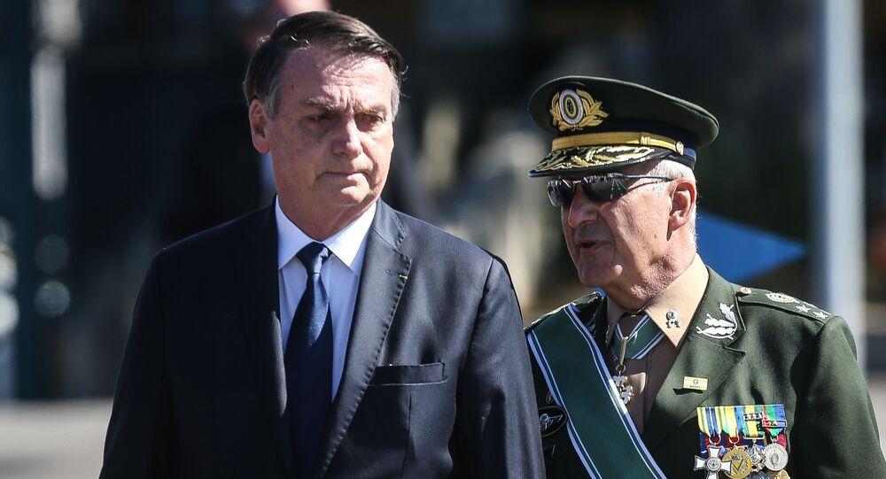 O presidente Jair Bolsonaro é acompanhado pelo general Luiz Eduardo Ramos durante solenidade comemorativa do Dia do Exército na sede do Comando Militar do Sudeste, na zona sul de São Paulo, em 2019.