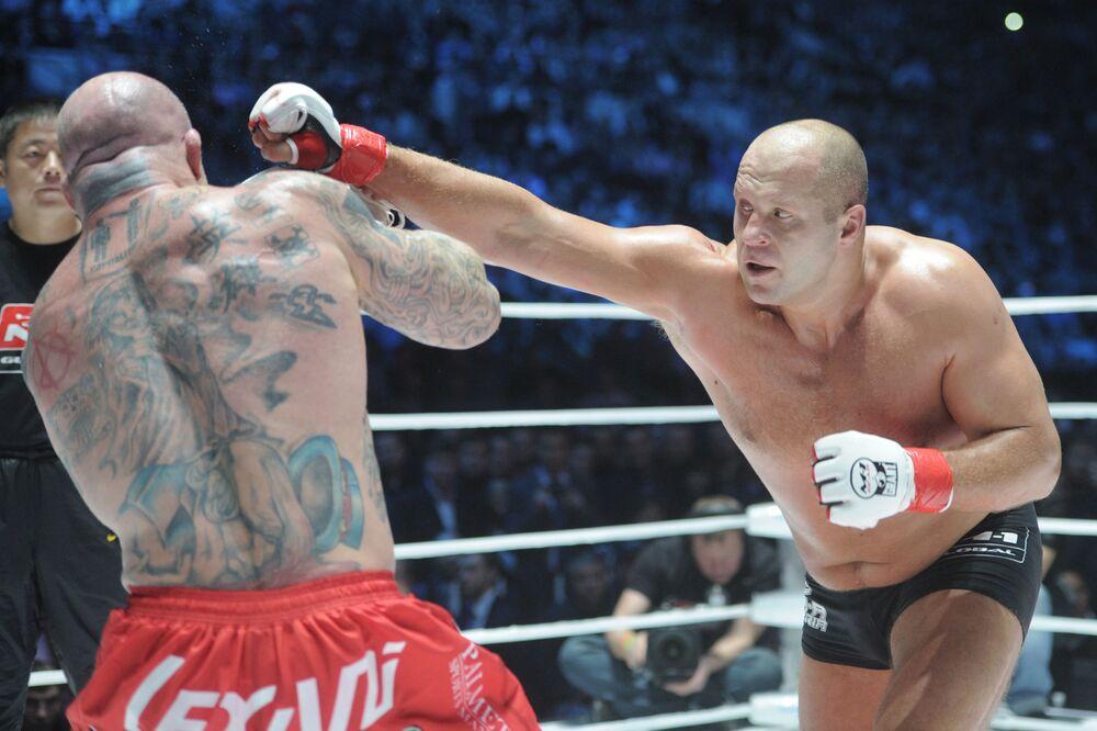 Fedor Emelianenko combate o norte-americano Jeff Monson durante M-1 Global.