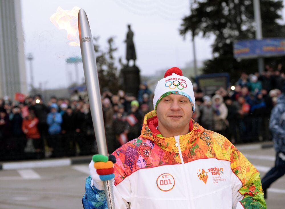 Fedor Emelianenko participa, na cidade de Belgorod, do revezamento da Tocha Olímpica da Olimpíada de Sochi.