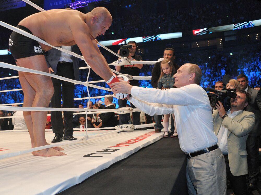 Vladimir Putin saúda Fedor Emelianenko antes do combate.