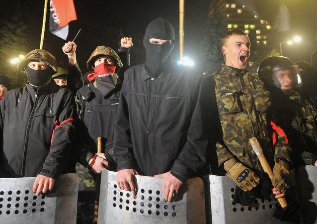 Membros do grupo ultranacionalista ucraniano Setor de Direita