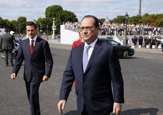 O presidente francês, François Hollande, e o líder mexicano Enrique Penã Nieto, em Paris, antes do desfile do 14 de Julho
