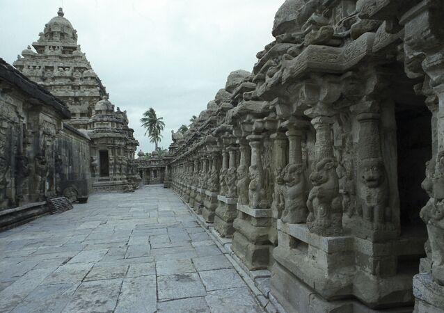 O templo de Kailasanath, dedicado ao deus Shiva e construído no final do século VII, o mais antigo e esbelto de Canchipuram, uma das cidades sagradas do hinduísmo