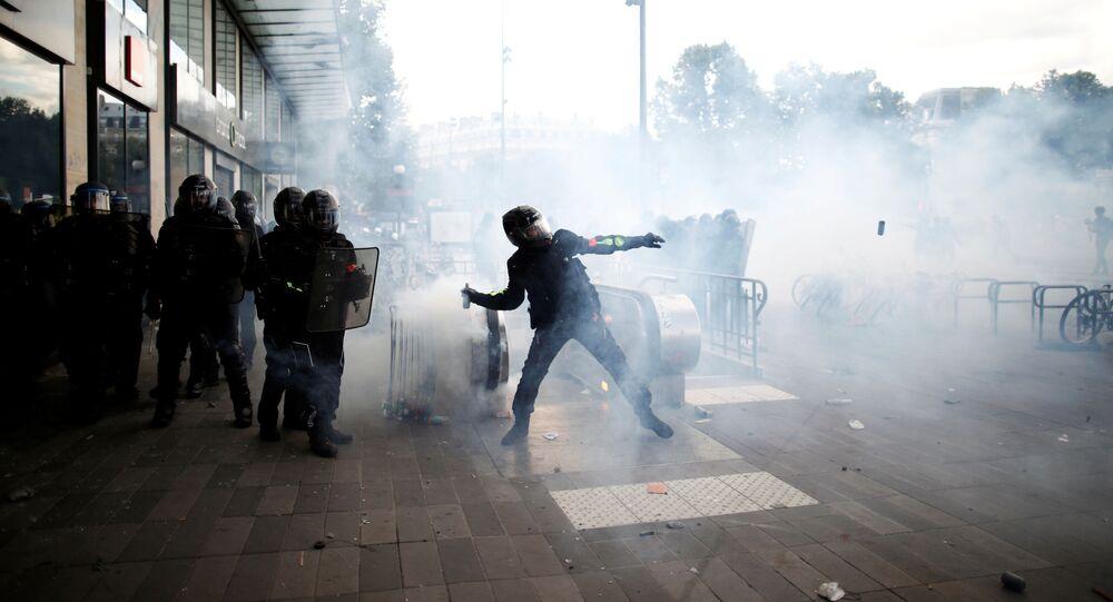 Em Paris, policiais se agrupam em meio a protestos contra a violência policial e o racismo, em 13 de junho de 2020.