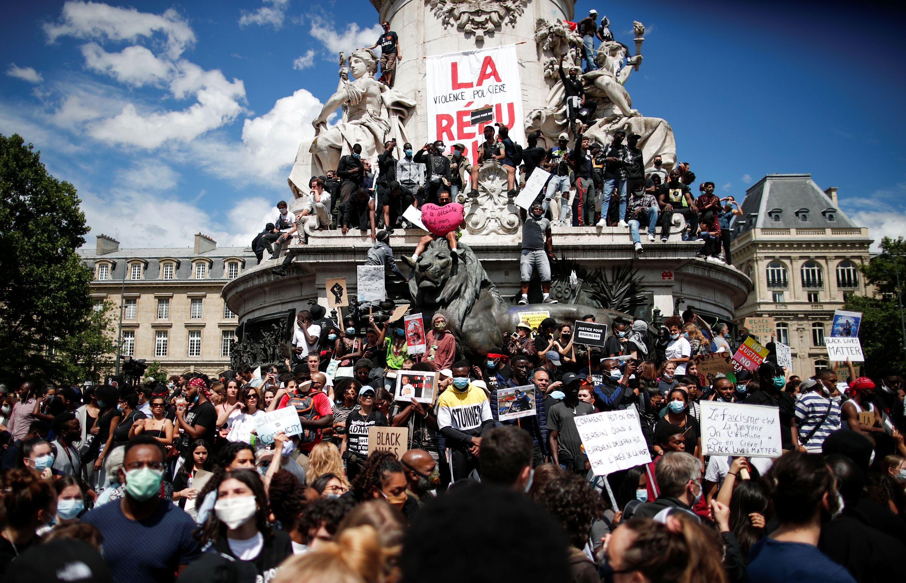 Em Paris, manifestantes protestam em 13 de junho de 2020 contra o racismo e a violência policial, em solidariedade aos protestos nos EUA contra o assassinato de George Floyd pela polícia de Minneapolis.