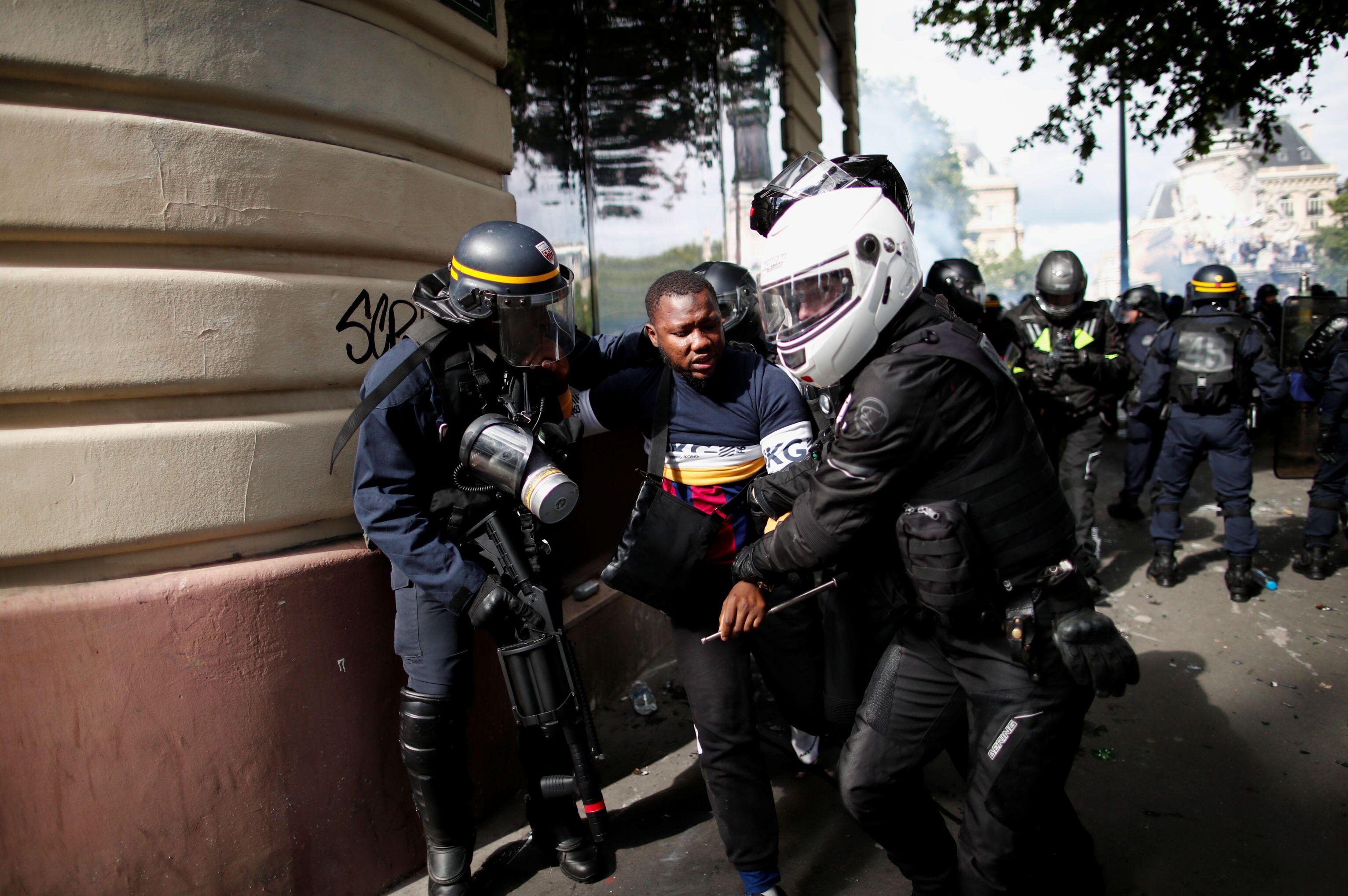 Em Paris, um manifestante é detido pela polícia durante protesto contra a violência policial e o racismo, em 13 de junho de 2020.