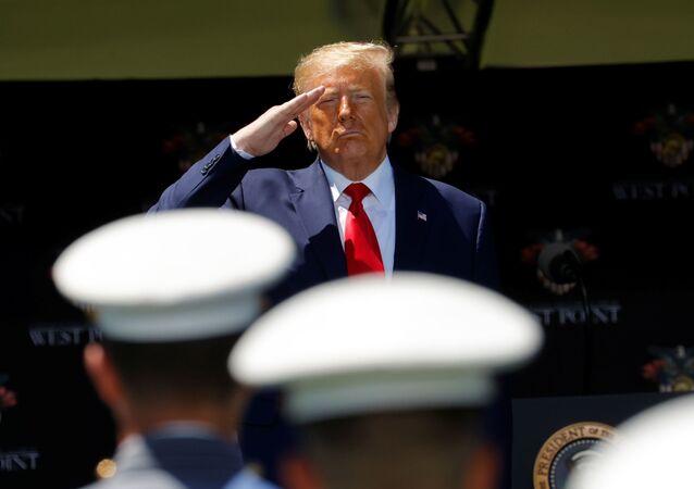 Presidente dos EUA, Donald Trump, saúda cadetes durante cerimônia de graduação da Academia Militar em West Point, Nova York, EUA, 13 de junho de 2020