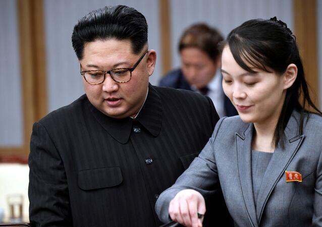 Líder norte-coreano Kim Jong-un e sua irmã Kim Yo-jong (imagem de arquivo)