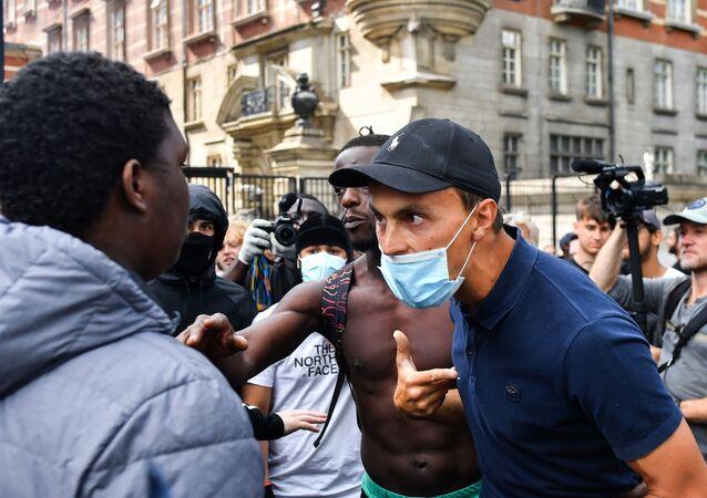 Manifestante negro contra o racismo é confrontado por homem branco contrário aos protestos, em Londres, 13 de junho de 2020.