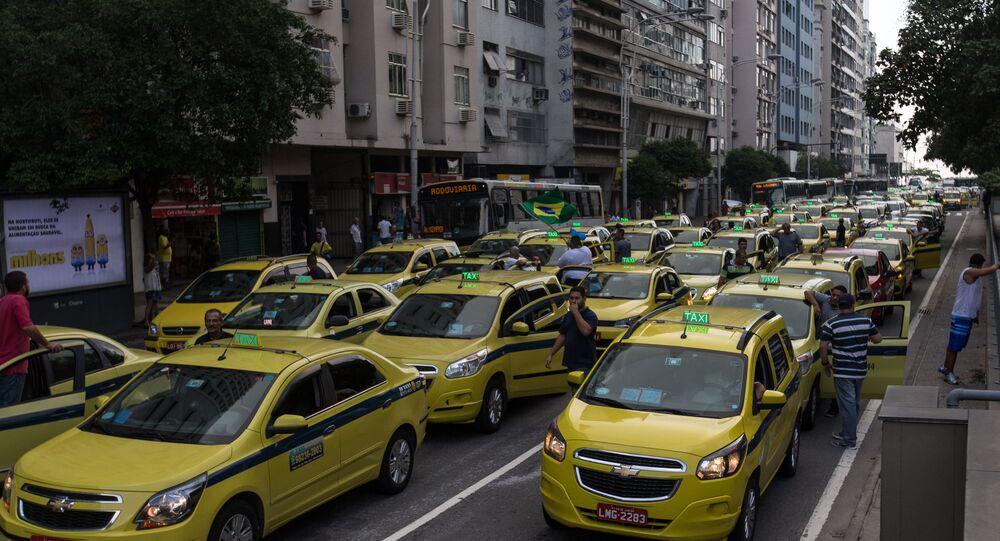 No Rio de Janeiro, taxistas protestam contra liminar que autoriza o uso do aplicativo Uber na cidade, em 1º de abril de 2016.