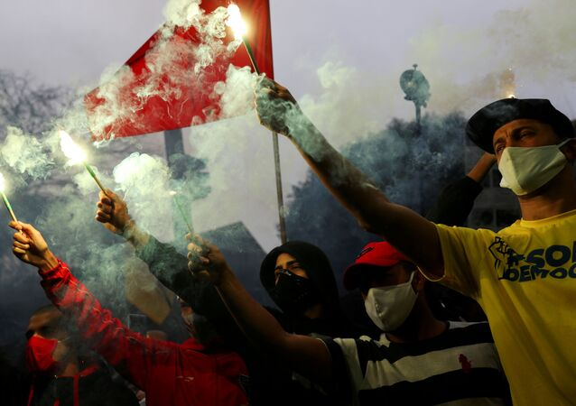 Torcedores de diversos times reunidos em protesto contra o racismo e o fascismo, em São Paulo, 14 de junho de 2020