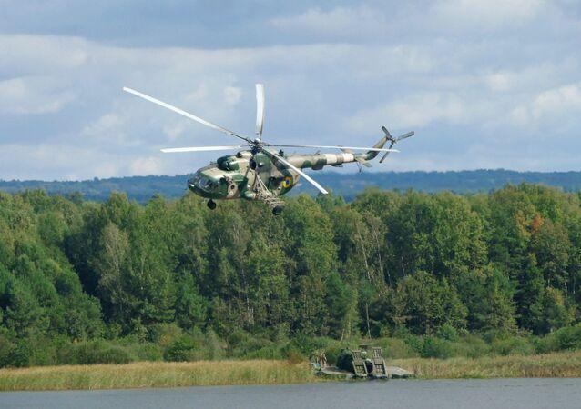 Militares em helicópteros Mi-8 durante o exercício militar internacional Rapid Trident 2019, em Yavoriv, região de Lvov, Ucrânia