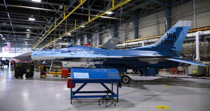 Caça F-16 Fighting Falcon com um padrão de pintura fantasma passa por manutenção na base aérea de Hill, Utah, EUA 28 de maio de 2020