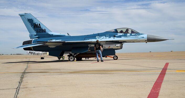 Técnico de manutenção e um piloto do 514º Esquadrão de Testes de Voo se preparam para lançar um caça F-16 Fighting Falcon com padrão de pintura fantasma na base aérea de Hill, Utah, EUA 3 de junho de 2020.