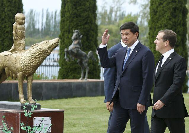 Mukhammedkaly Abylgaziev, primeiro-ministro do Quirguistão, com o premiê russo, Dmitry Medvedev, em Cholpon-Ata, Quirguistão, em 9 de agosto de 2019
