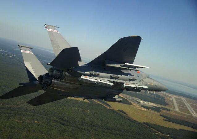 Bomba Raytheon GBU-53 StormBreaker, também conhecida como Bomba de Pequeno Diâmetro II (SDB), transportada em um F-15E Strike Eagle da Força Aérea dos EUA