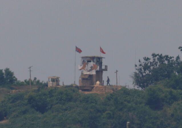 Soldado norte-coreano no posto de fronteira da zona desmilitarizada entre as Coreias, próximo à cidade de Paju, na Coreia do Sul, 16 de junho de 2020
