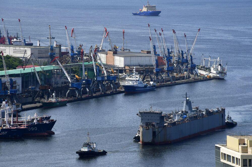 Corveta de série do projeto 20380, Aldar Tsydenzhapov, na doca flutuante de transporte e lançamento Zeya ao largo da costa de Vladivostok