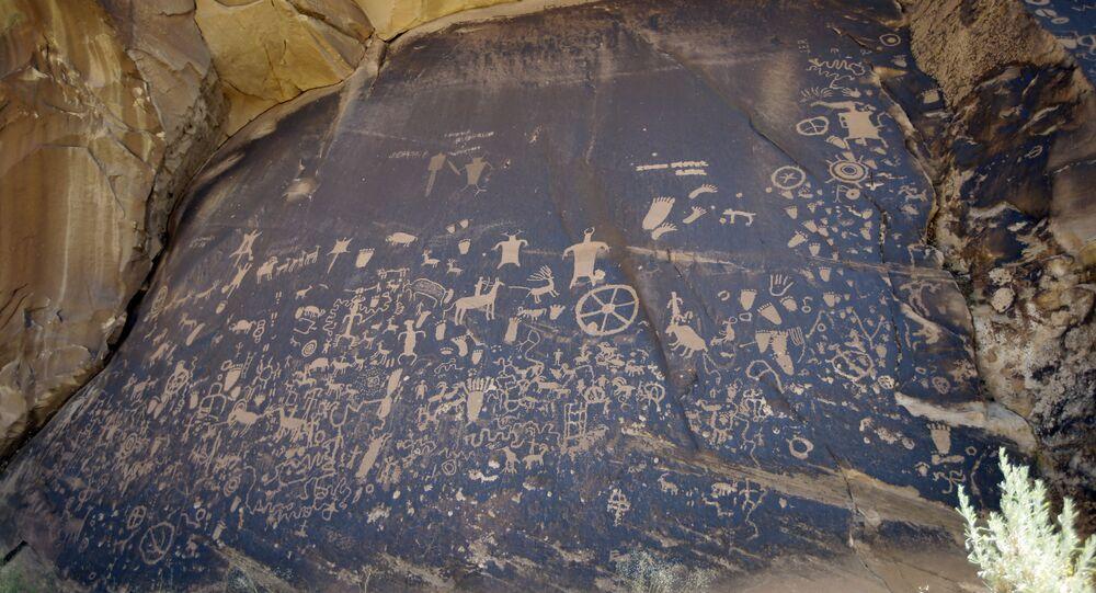 Painel de rocha esculpido no Newspaper Rock State Historic Monument, no condado Sanjuan, estado de Utah, EUA, 15 de julho de 2016
