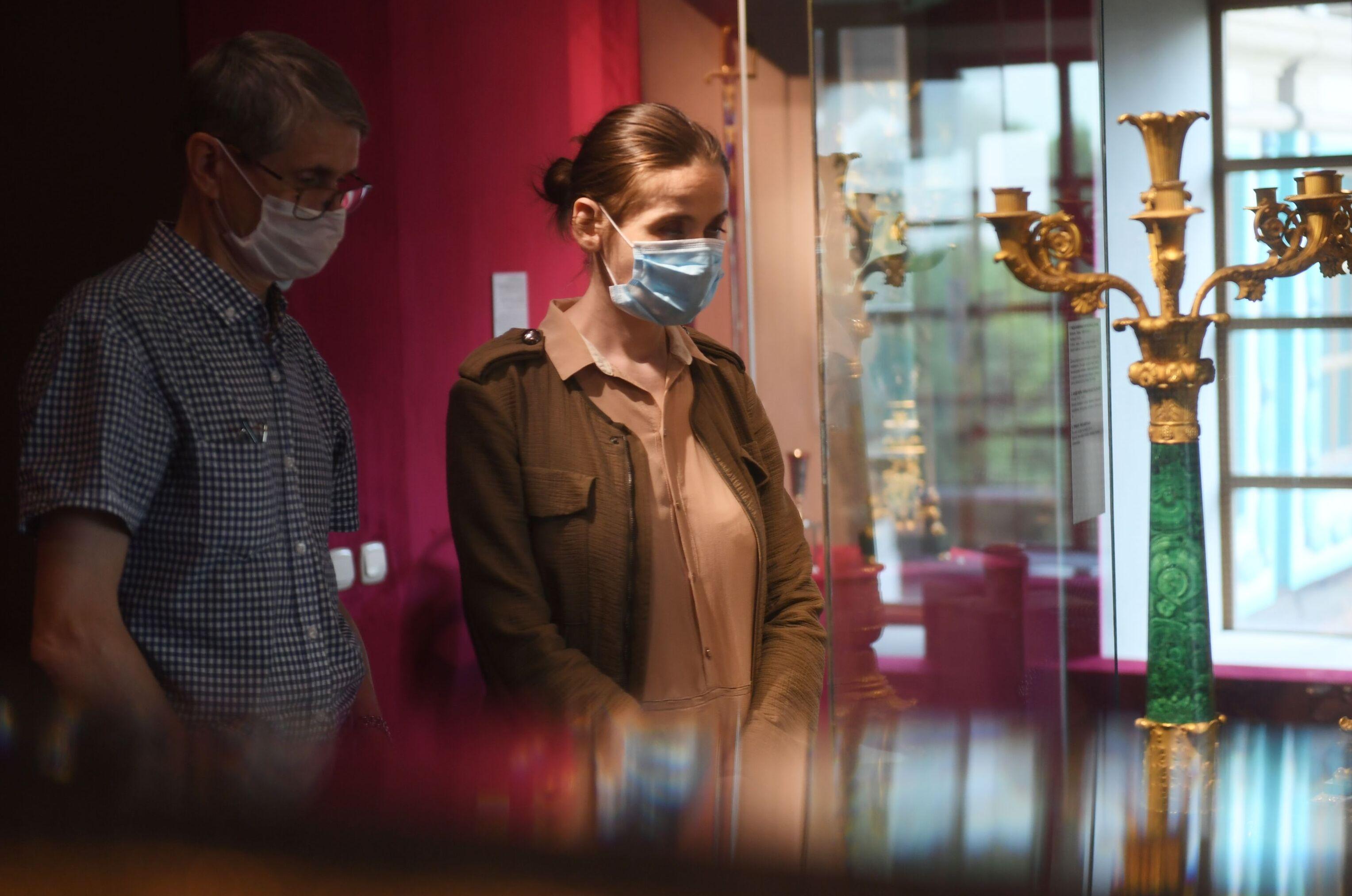 Visitantes usam máscaras protetoras em museu no parque Kolomenskoe, na região sul de Moscou, no primeiro dia de abertura de exposições na capital russa, 16 de junho de 2020