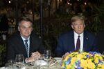 Presidentes Jair Bolsonaro (Brasil) e Donald Trump (EUA) posam para fotos antes de jantar em Mar-a-Lago, na Flórida