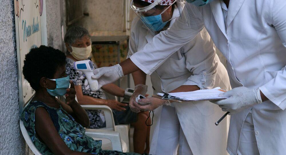 Idosas são examinadas por equipes de saúde em São João do Meriti, no Rio de Janeiro