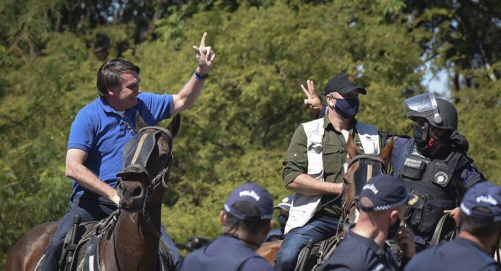 O presidente Jair Bolsonaro desfila em cima de um cavalo durante manifestação de seus apoiadores, em Brasília.