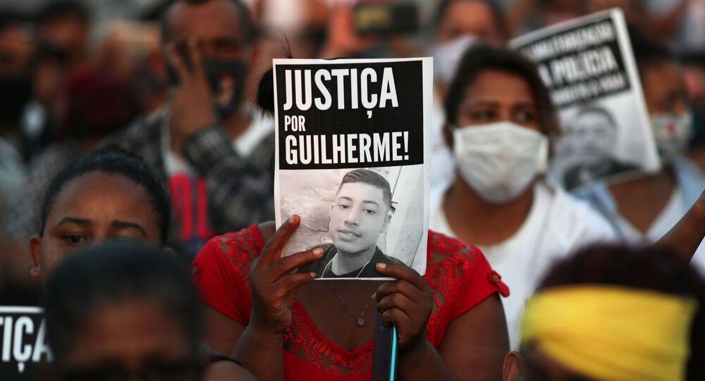 Manifestantes protestam pela morte de Guilherme Silva Guedes, 15 anos, que está desaparecido por suspeita de violência policial, no bairro de Vila Clara, em São Paulo, 16 de junho de 2020