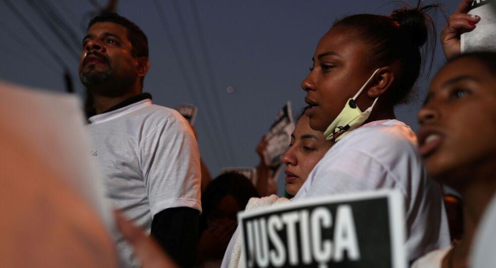 Moradores do bairro de Vila Clara fazem passeata em homenagem a Guilherme Silva Guedes, 15 anos, que está desaparecido, em São Paulo, 16 de junho de 2020
