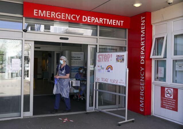 Uma enfermeira de triagem espera que os pacientes cheguem ao Departamento de Emergência do Hospital Frimley Park, em Camberley, Reino Unido, 22 de maio de 2020