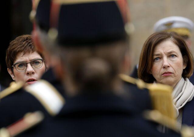 Ministra da Defesa da França, Florence Parly (à direita) e a ministra da Defesa da Alemanha, Annegret Kramp-Karrenbauer, após assinatura de projeto de defesa conjunto, em Paris, França, 20 de fevereiro de 2020