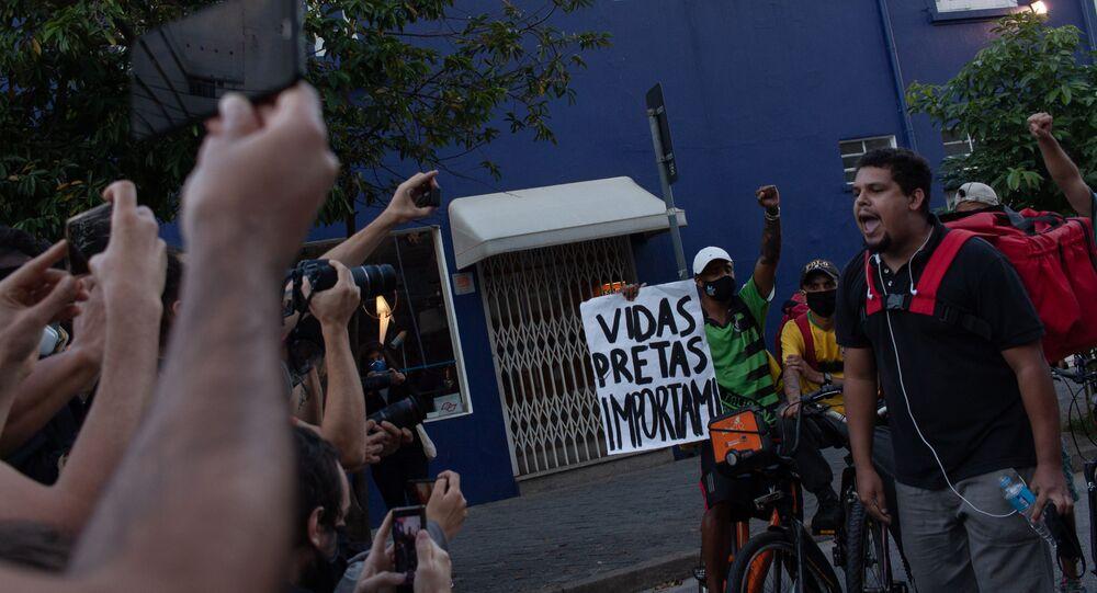 Manifestação de entregadores de aplicativo contra a precarização do trabalho, em Pinheiros, zona oeste de São Paulo. Foto de 7 de junho de 2020.