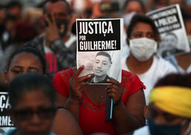 Em São Paulo, manifestantes participam de protesto em 16 de junho de 2020 contra a morte do adolescente negro Guilherme Silva Guedes. Investigações apontam que o jovem foi morto por policiais militares.