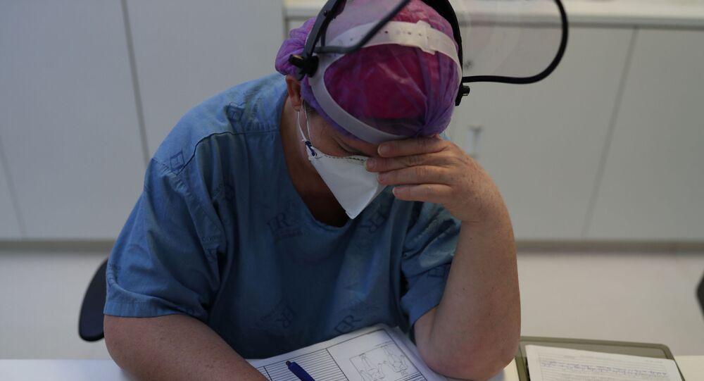 Enfermeira preenche documento com número recorde de pacientes com COVID-19, no Hospital Emílio Ribas, em São Paulo, 17 de junho de 2020